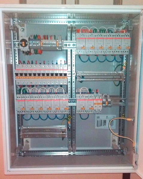 Щит аварийного освещения на базе оболочки ABB серии «B» и модулей «Combiline-M». Оснащен рубильником, однополюсными автоматическими выключателями ABB S201 D16, контакторами ABB ESB 24-40 220В и ESB-20-20 220В.  Стоимость со сборкой 107609 руб.