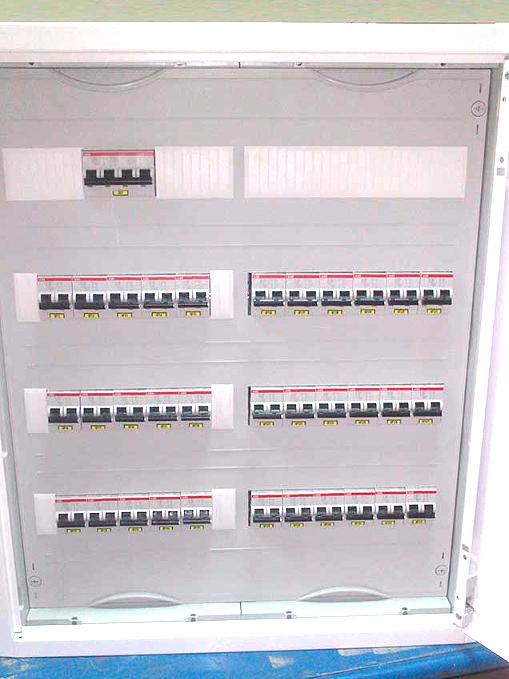 Щит распределительный навесной; корпус ABB 674х574х140 АТ42, укомплектован автоматическими выключателями ABB и распределительным блоком на 125А  Стоимость со сборкой: 69944 руб.