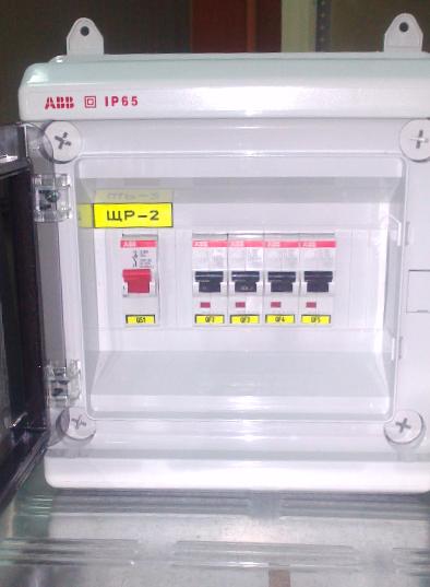Щит распределительный навесной АВВ, ЩРн-П-8 IP65 «Europa» с прозрачной дверцей. Оснащен рубильником АВВ E201g на 25A и четырьмя автоматическими выключателями АВВ S201 C16.
