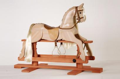 Деревянная лошадка качалка на пьедестале