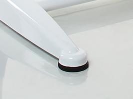 С помощью выкручивающихся ножек можно точно отрегулировать парту относительно уровня пола.