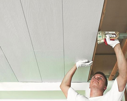 Отделать потолок пластиковыми панелями своими руками