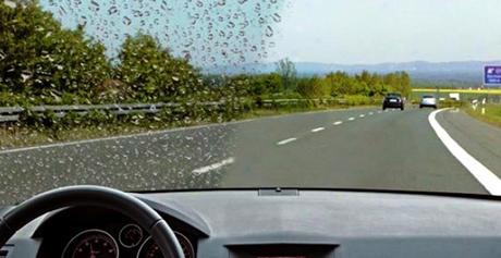Антидождь защищает стекла автомобилей, фары от дождя, грязи и насекомых. эфект шикарно виден