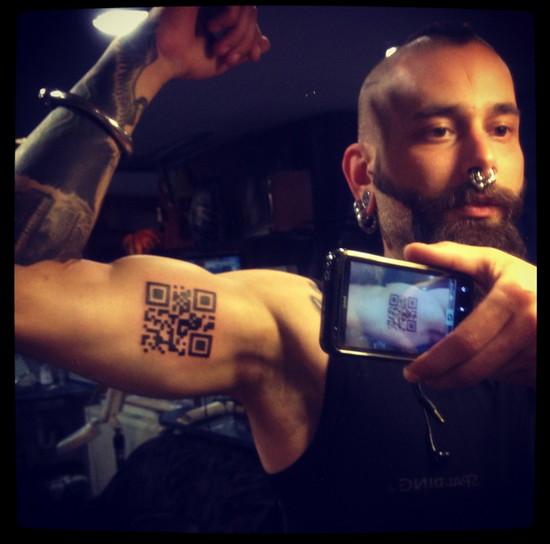 QR-код, татуированный на теле человека