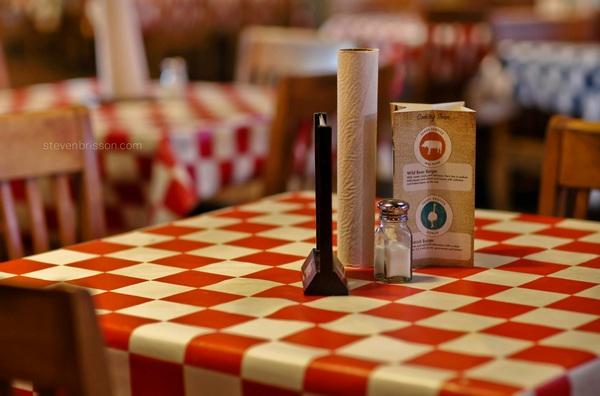 Иллюстрация к статье: Почему в ресторанах бесплатное бронирование столов?