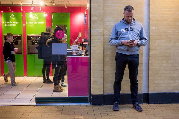 Иллюстрация к статье: Почему смартфоны стали спасением для отцов-миллениалов?