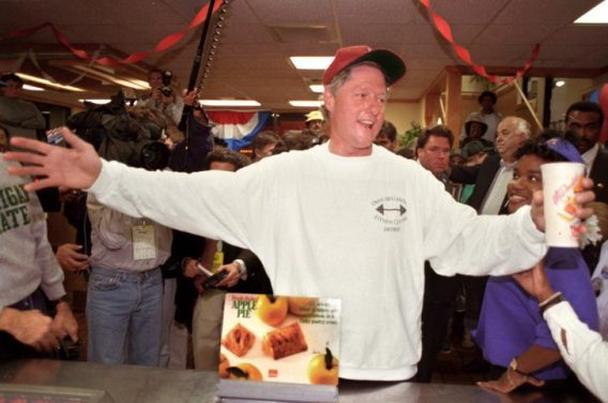 Кандидат в президенты США Билл Клинтон приветствует клиентов ресторана McDonald's в городе Литл-Рок в ночь накануне выборов 1992 года
