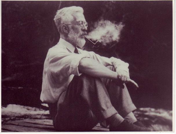 Отец современной статистики Рональд Э. Фишер наслаждается своей трубкой