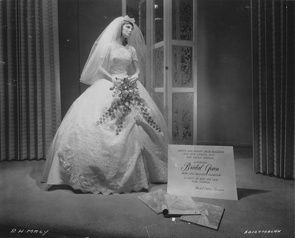Витрина Macy's в Нью-Йорке, представляющая свадебное платье, в рекламной съемке которого принимала участие Мисс Америка