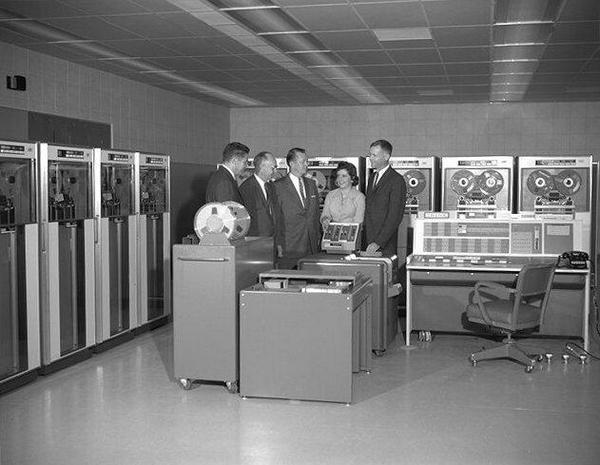 IBM 7090, который Мостеллер и Уоллес использовали для анализа спорных 12 статей