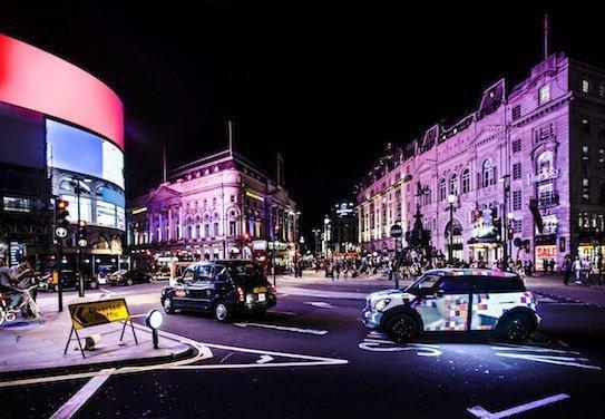 «Бигборд на колесах» на улице вечернего Лондона