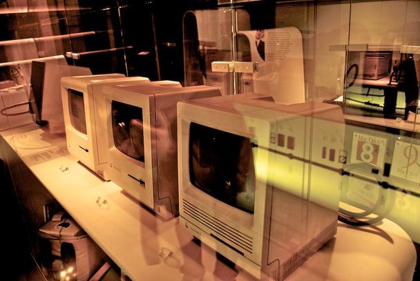 Иллюстрация к статье: Удачная «шутка» Стива Джобса, или Как люди встречали первый Macintosh с графическим интерфейсом