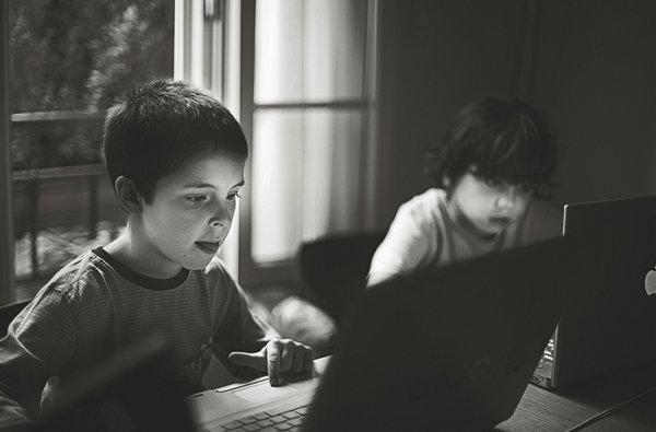 Иллюстрация к статье: Почему наша одержимость технологиями — следствие зависимости от работы