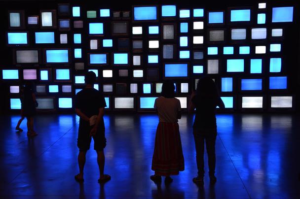 Иллюстрация к статье: Изобретая TV-пульт заново, или как онлайн-мир изменил специфику просмотра видео