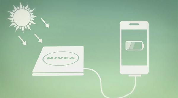 Рекламный альманах Nivea, который одновременно может служить как зарядное устройство на солнечной батарее для мобильного телефона.
