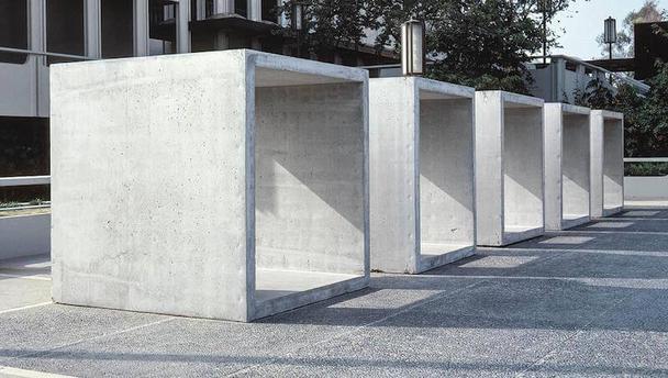 В своей работе Джадд искал автономию и ясность для конструируемого объекта и созданного им пространства