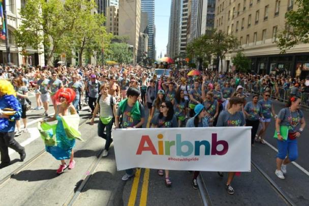 Airbnb демонстрирует приверженность ценностям своей компании на параде Pride в поддержку сексуальных меньшинств