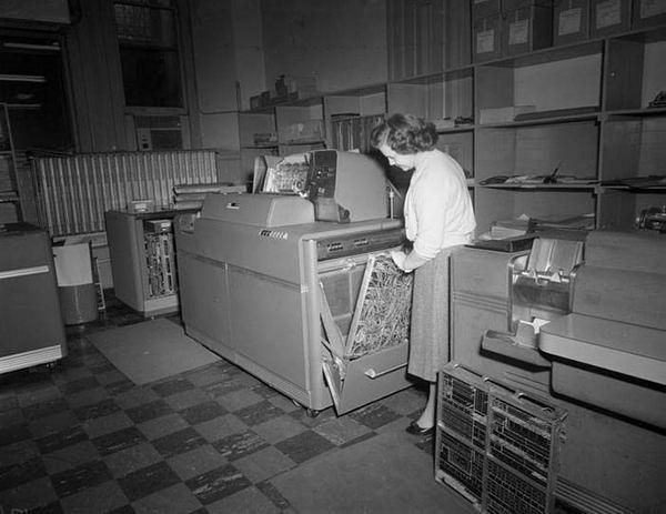 на начальном этапе цифровой эпохи контекст определялся местоположением компьютера, поскольку ЭВМ фактически являлась рабочим местом пользователя.