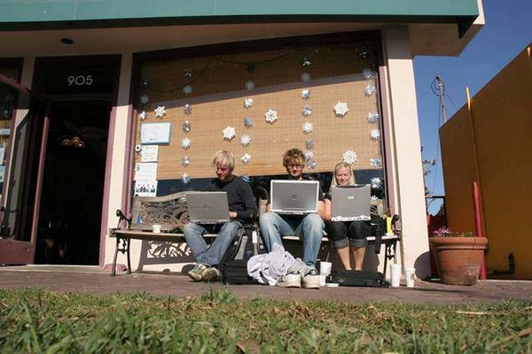 Рисунок 4 A-B: даже в ранние годы мобильных вычислений, когда ноутбуки считались чем-то вроде компьютеров, которые можно в одиночку переносить с места на место, пользователи могли выбирать условия для работы.