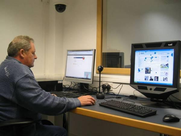 Рисунок 7: эксперт по юзабилити за работой: Алан Вулрич (Alan Woolrych) из Университета Сандерленда (University of Sunderland) использует минимальную конфигурацию мобильной юзабилити-лаборатории, включающую в себя веб-камеру, микрофон и устройство отслеживания движений глаз.