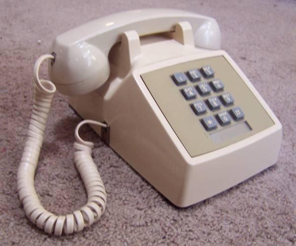 Рисунок 8 A: очень популярный телефон Western Electric Model 2500, выпущенный в 1980 году.