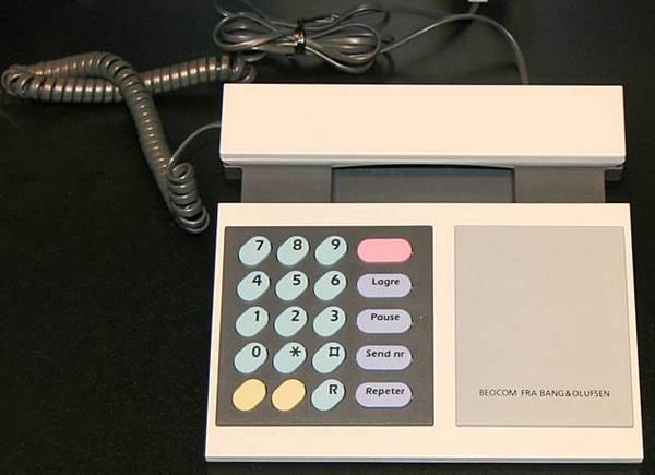Рисунок 8 Б: аналоговый телефон BeoCom 1000 использовал визуальную эстетику, чтобы дифференцировать себя от популярных телефонов, таких как Western Electric Model 2500, и конкурировать с ними.