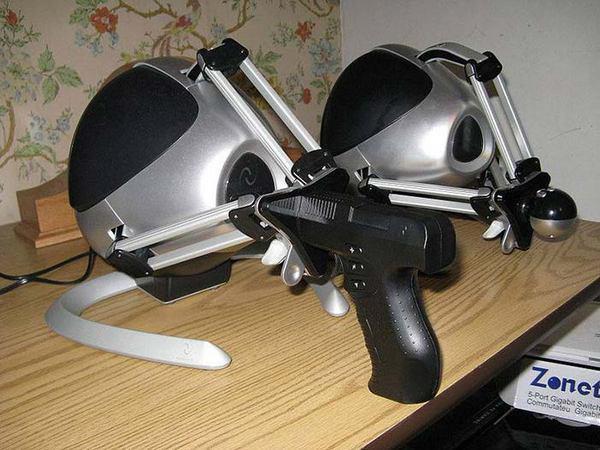 пара черных контроллеров Novint Falcons с приставками в виде пистолета и шарообразного манипулятора