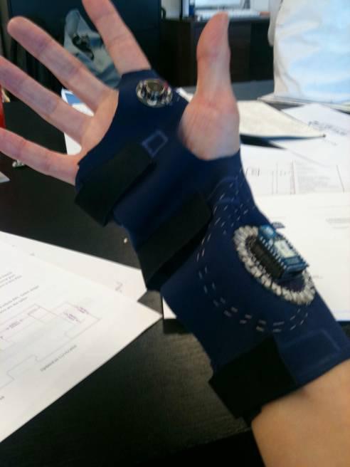 для создания вибрационно-тактильной обратной связи, такой как осуществляется посредством этих перчаток-прототипов, используется чувствительность кожного покрова человека