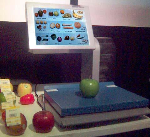 компьютеризированные весы с сенсорным экраном, показывающие категории фруктов и овощей, доступных в супермаркете