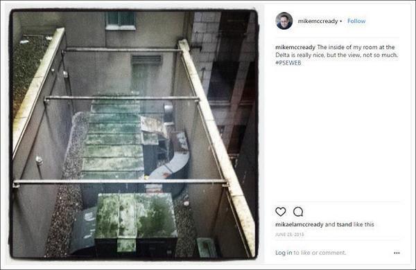Майк: «Внутри моей комнаты в Delta Hotels очень мило, а вид из окна — так себе».
