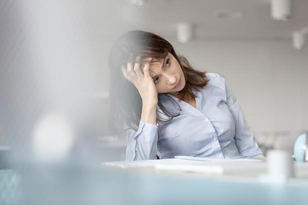 Фотография реалистична, потому что это случается — люди постоянно переживают стресс на работе.