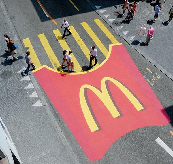 Дорожная разметка с символикой McDonald's