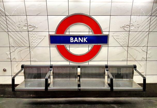 Иллюстрация к статье: 7 стратегий для продвижения банковских услуг в интернете