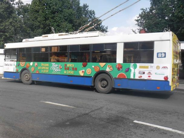 Реклама мероприятия и спонсоров на троллейбусе