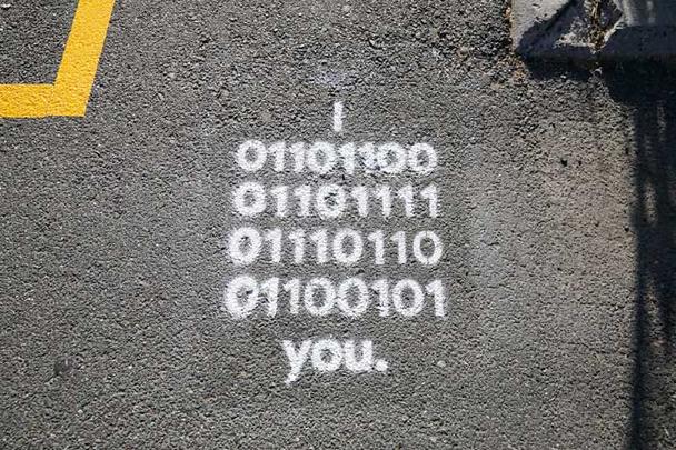 Надпись «Я тебя люблю» мелом на асфальте, сделанная организаторами конференции Google I/O 2018