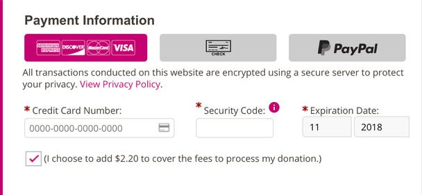 Текст интерфейса на сайте Фонда по борьбе с раком груди им. Сьюзен Комен создает фрейм из опции добровольной оплаты комиссии.