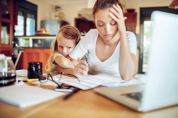 Иллюстрация к статье: Как совмещать работу на фрилансе с семьей и личной жизнью