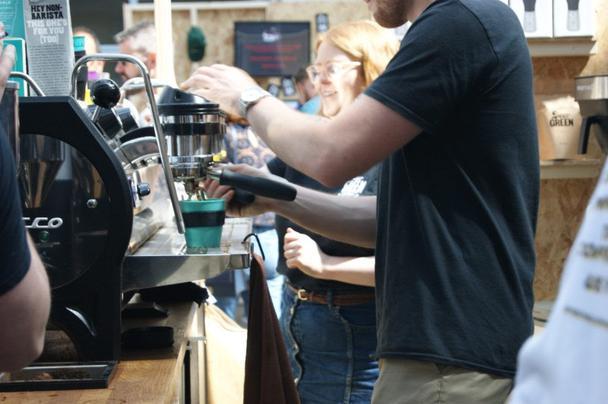 Эбигейл и Джейми обратились к лицам, обладающим наибольшим влиянием, когда дело касается кофе: бариста и владельцам кофеен.